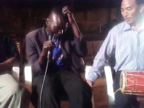 अफ्रिकीले रमाइलोसँग नेपाली गीत गाउदै !