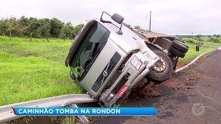 Caminhão carregado com uma carga de abacaxi tombou na Rodovia Marechal Rondon