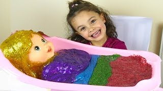 Sunshine made slime to give a nice bath for Baby Alive. Slime or pautty has all colours of the rainbow, it is very glittery and sparkly ...