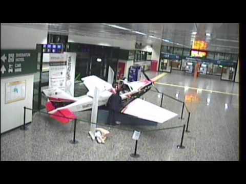 Follia a Malpensa: Rapisce il manichino e pilota un aereo in mostra