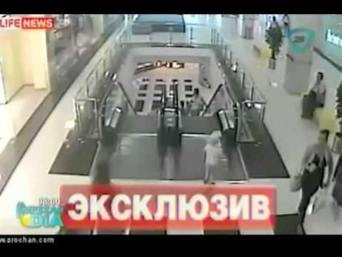 Se atasca en escalera eléctrica, cae tres pisos y sale con vida