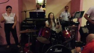 Szalona perkusistka daje popis na weselu