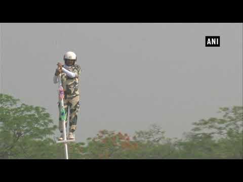 العرب اليوم - شاهد: رجل مُتهوّر يقف على عمود ويقود دراجته لتحقيق رقم قياسي