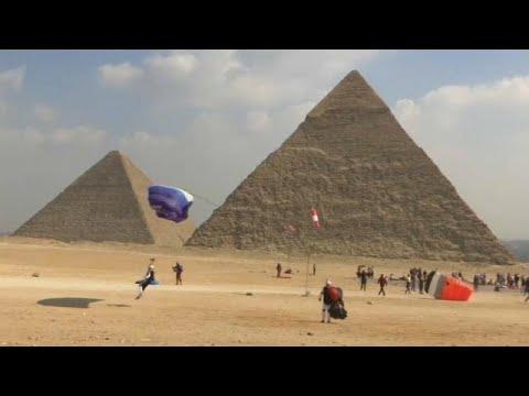 Ägypten: Mit Gleitschirmen über die Pyramiden von Giz ...