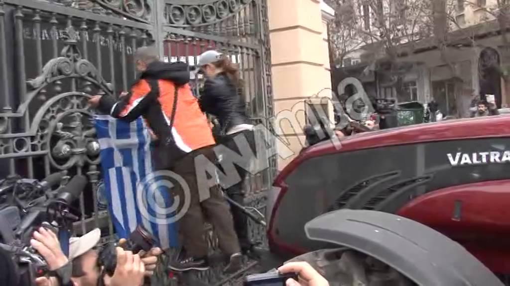 """Τετράωρη """"πολιορκία"""" του υπουργείου Μακεδονίας-Θράκης"""
