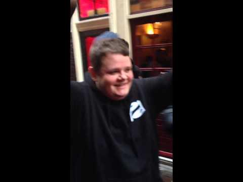 荷蘭22歲肥宅紅燈區「破處」成功,高興得高舉雙手www