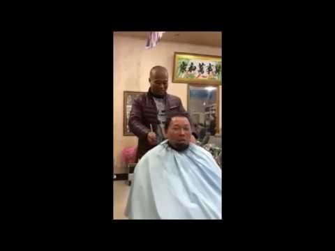 Miehekäs hiustenleikkuu kulmahiomakoneella
