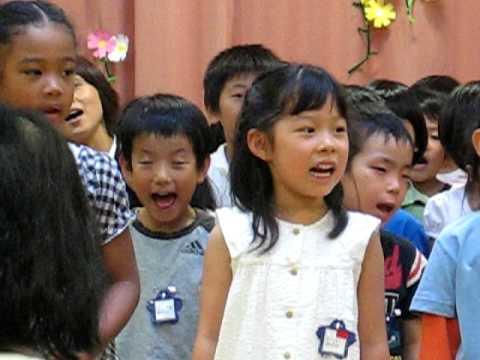 こども園歌を歌う元気な子供たち・その1