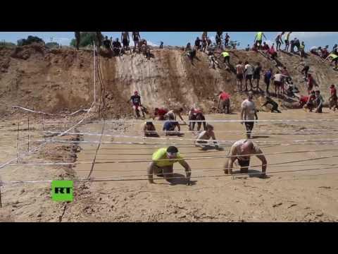Una curiosa carrera de obstáculos sobre el lodo en España