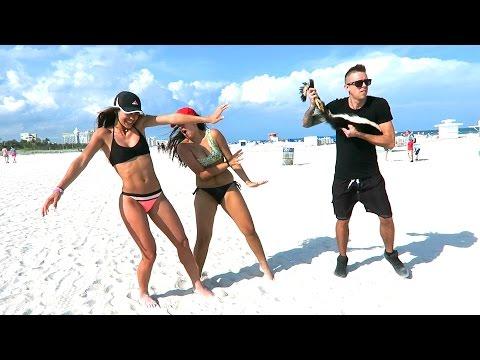 La broma del zorrillo que escandaliza a las chicas en la playa