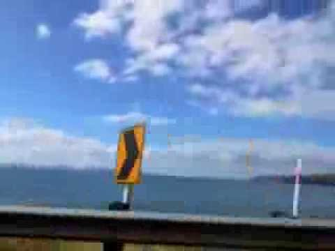 公路沿著Lake Taupo而行..