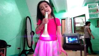 Video 4-year-old kid sings