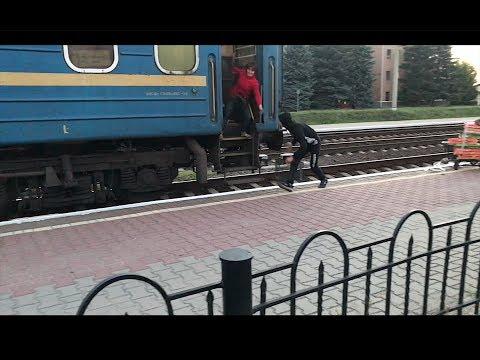Женщина опоздала на поезд загружая пустые ящики