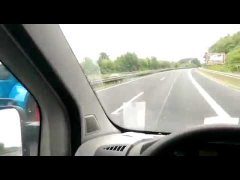 Jedziesz spokojnie autostradą a tu nagle z lewej wyprzedza cię traktor z przyczepą!