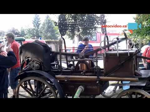 Historická koňská stříkačka s motorem