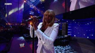Mary J. Blige - Need Someone (WWE Tribute To The Troops) (Live) lyrics (Spanish translation). | From where you stand, it's no way to change it