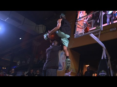 White guy shocks everybody and dunks over NBA legends after being picked from the crowd