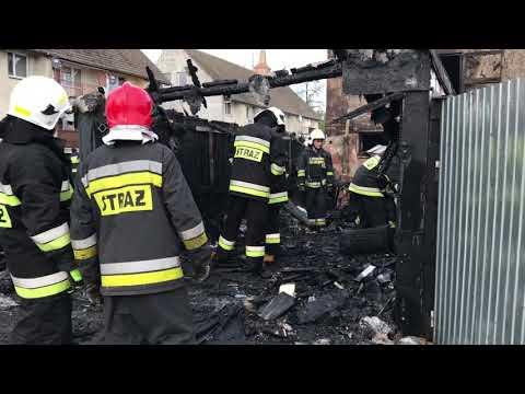 Wideo1: Dogaszanie pożaru garaży w Oporowie