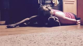 Kobieta dostaje ataku padaczki i uderza głową w podłogę! Zobacz niezwykłą reakcję jej psa!