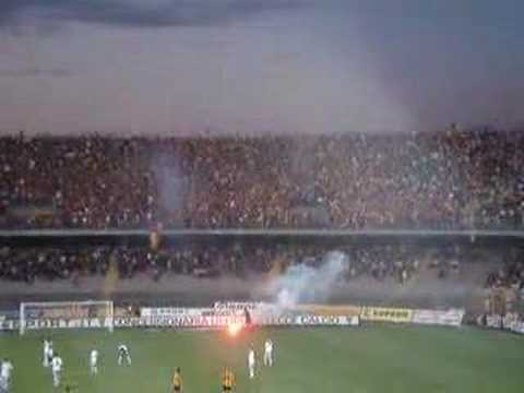 Tifosis alentado al Lecce en el estadio Via del Mare