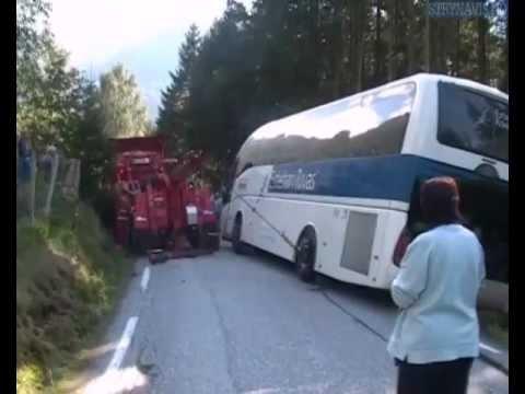 grøfta - Det kunne gått alvorlig gale når denne bussen var nær på å velte oppover mot Oldedalen . Redningsmannskap fekk til slutt kontroll over situasjonen . Uansett ...