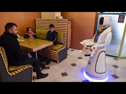 Afghanistans erste Roboter-Kellnerin bittet zu Tisch