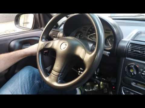 Corsa 1999 adaptado com acelerador e freio manual básico e embreagem automatizada.