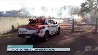 Bombeiros trabalham no combate às chamas em incêndio em Jaú