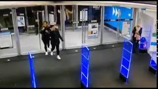 Typa mocno poniosło podczas wchodzenia do sklepu. Ma rozmach