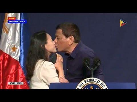 Προκαλεί το φιλί του Ντουτέρτε με Φιλιππινέζα μετανάστρια στη Ν.Κορέα…