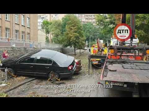 Как Троечки спасали застрявшие в потопе на ограждении авто на ул.Гоголевской в Киеве: фото и видео р - DomaVideo.Ru