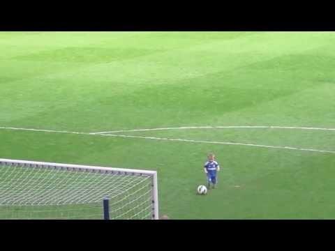 一名兩歲的小男孩踢著足球來到球門前,然後做了一個讓全場都為之沸騰的動作...