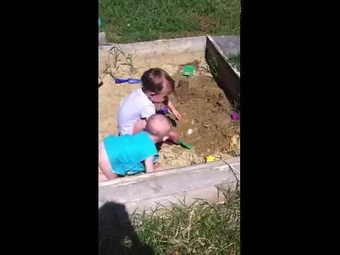Отдых дети природа дети играют в песочнице. прикольно