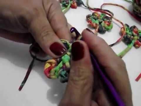 Flor de croche em tiras de tecidos