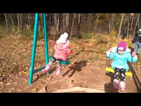 Видео для детей Качели НА ДЕТСКОЙ ПЛОЩАДКЕ в парке Лесоводов  Развлечения детям (видео)