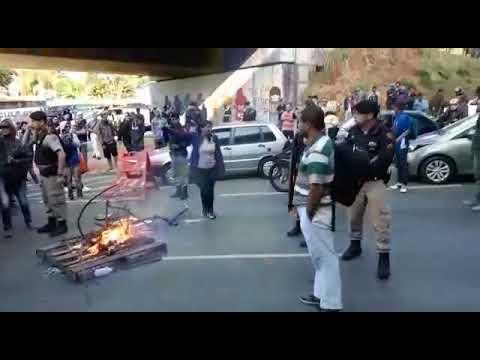 Passageiros se revoltam com falta de ônibus em BH e fecham avenida com fogo