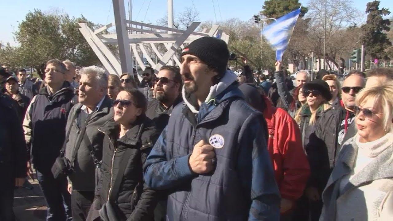 Συγκέντρωση διαμαρτυρίας πολιτών έξω απο το δημαρχείο για τις δηλώσεις του Γιάννη Μπουτάρη