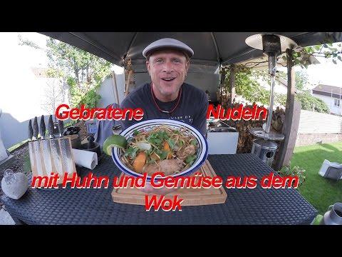 Gebratene Nudeln mit Huhn und Gemüse aus dem Wok