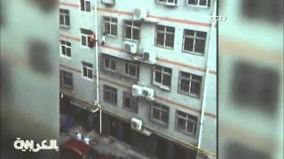 فيديو رجل شجاع ينقذ طفلة معلقة على ارتفاع 4 طوابق باستخدام الممسحة!