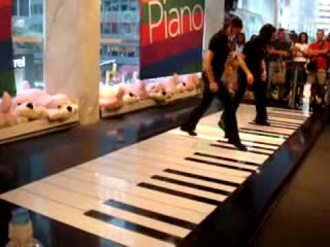 Tocar Piano com os Pés   Incrível