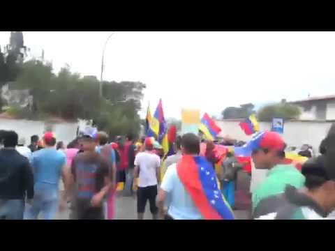 Vzlan Nat Guard shoots at crowd singing Ntnl Anthem (видео)