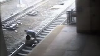 قبل وصول القطار بثانية .. شرطي ينقذ حياة رجل سقط على سكة القطار!