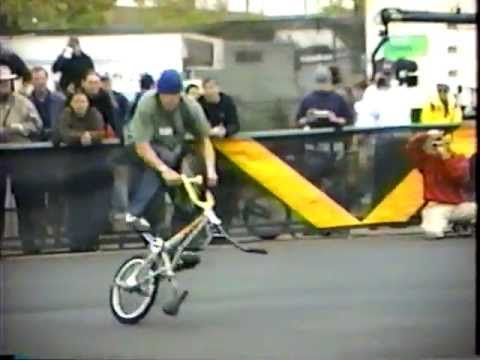 Trick Riding BMX Freestyle Flatland