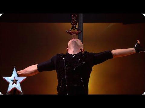 超狂男子挑戰「蒙眼倒立朝著電鑽滑下」,100%25沒有造假的演出連節目組也不讓他在直播現場表演!
