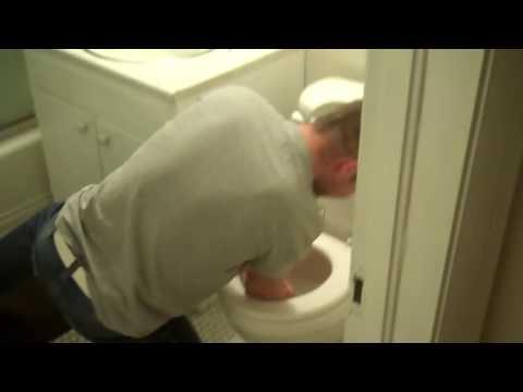 Kẹt tay trong cái toilet