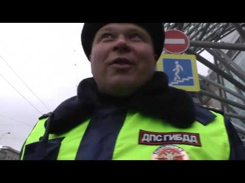 Быдло возле Киевского вокзала, тьфу блять даже смотреть тошно на такую полицию.