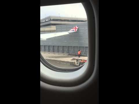 New York, aereo va a sbattere per manovra sbagliata
