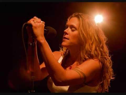 Tekst piosenki Beth Hart - Delicious Surprise po polsku