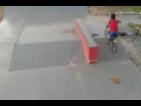 Manobra na pista de skate em cezarina