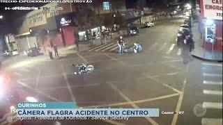 Câmera flagra acidente entre carro e moto no Centro de Ourinhos